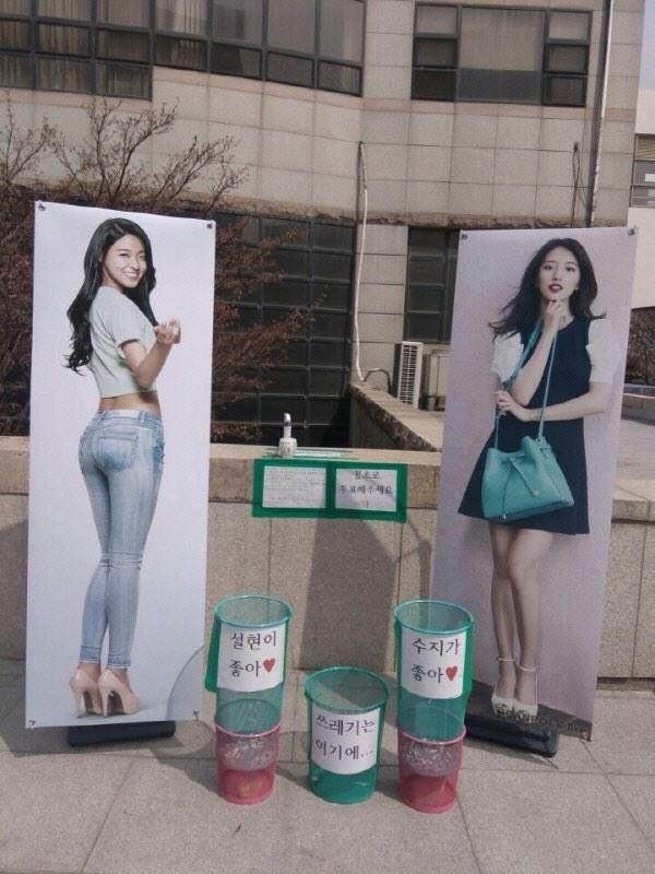照片中可以看見雪炫和秀智的人型立板,喜歡雪炫的投入左邊綠色桶子,喜歡秀智則投入右邊的桶子,那麼用什麼投票呢? *中間是一般的垃圾桶