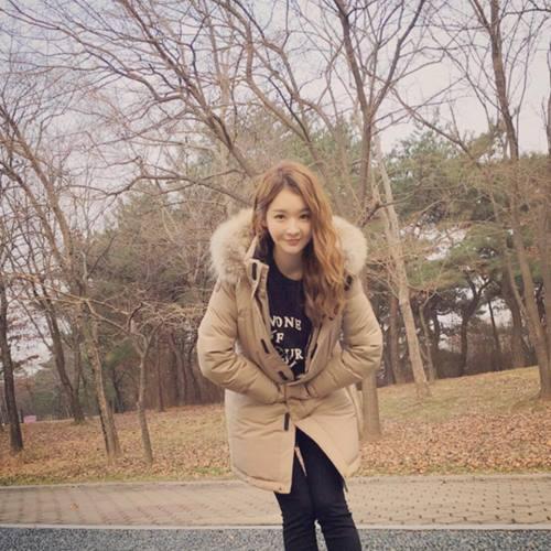 常常榮登整型範本的姜珉耿,臉型真的是怎麼看怎麼美啊~ (看看這張照片臉有多小!!)