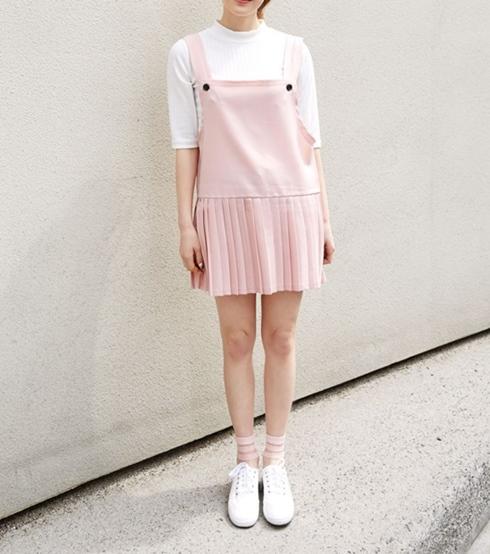 說到春夏怎麼可以少了粉嫩的顏色呢 可愛的粉色吊帶配上學生感的下襬裙 少女必入手阿!!