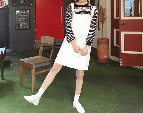 白色休閒款,裡面穿上簡單素面T 或條紋上衣,就可以快速出門了