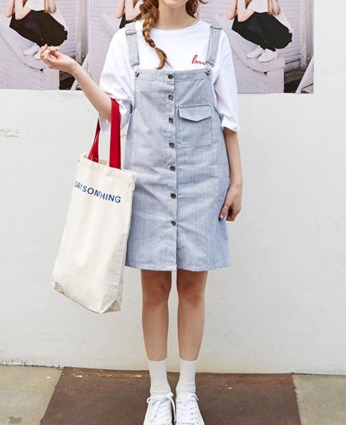 藍白直條紋款,加了前排釦 和小口袋的可愛設計,多了點 夏天的感覺~