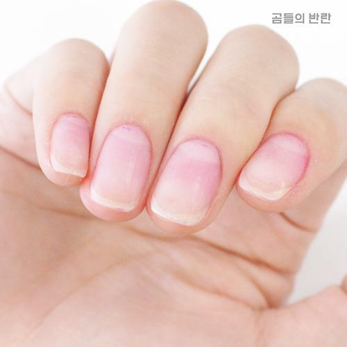 用去光水擦掉之後還是有紅色的色素殘留在指甲上...這時候默默的希望牙膏是有用的^^....☆
