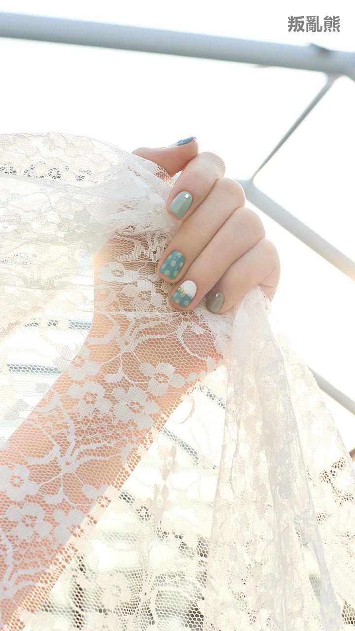 在陽光下照起來的顏色感覺格外的溫暖~不知道為什麼就好想搭配上白色的洋裝