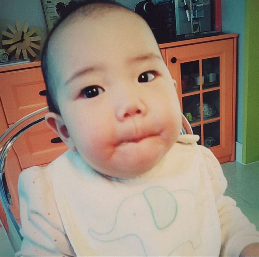 露熙(로희)的大眼睛是不是跟媽媽柳真很像呢~?