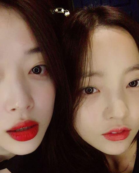 登登!就是荷拉啦~ 韓國網友們覺得詭異的原因則是「沒想到她們關係這麼好」、「照片看起來有點不協調,怪怪的(無惡意,單純覺得兩人很不像朋友、不會搭在一起)」