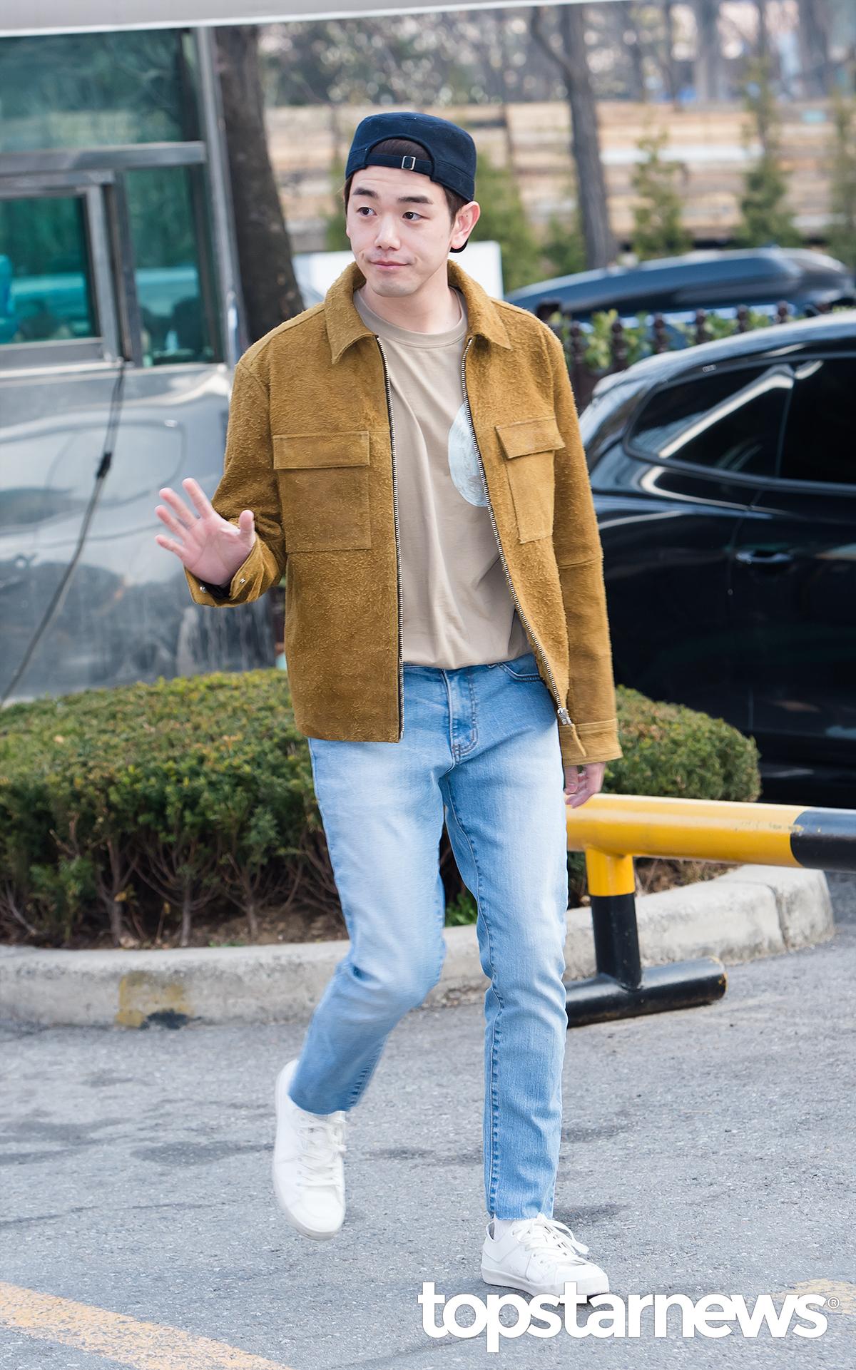▲ 復古款 說到復古款,Eric Nam 在上班路上簡單的造型搭配刷色復古直筒褲也給人舒適的時尚感!