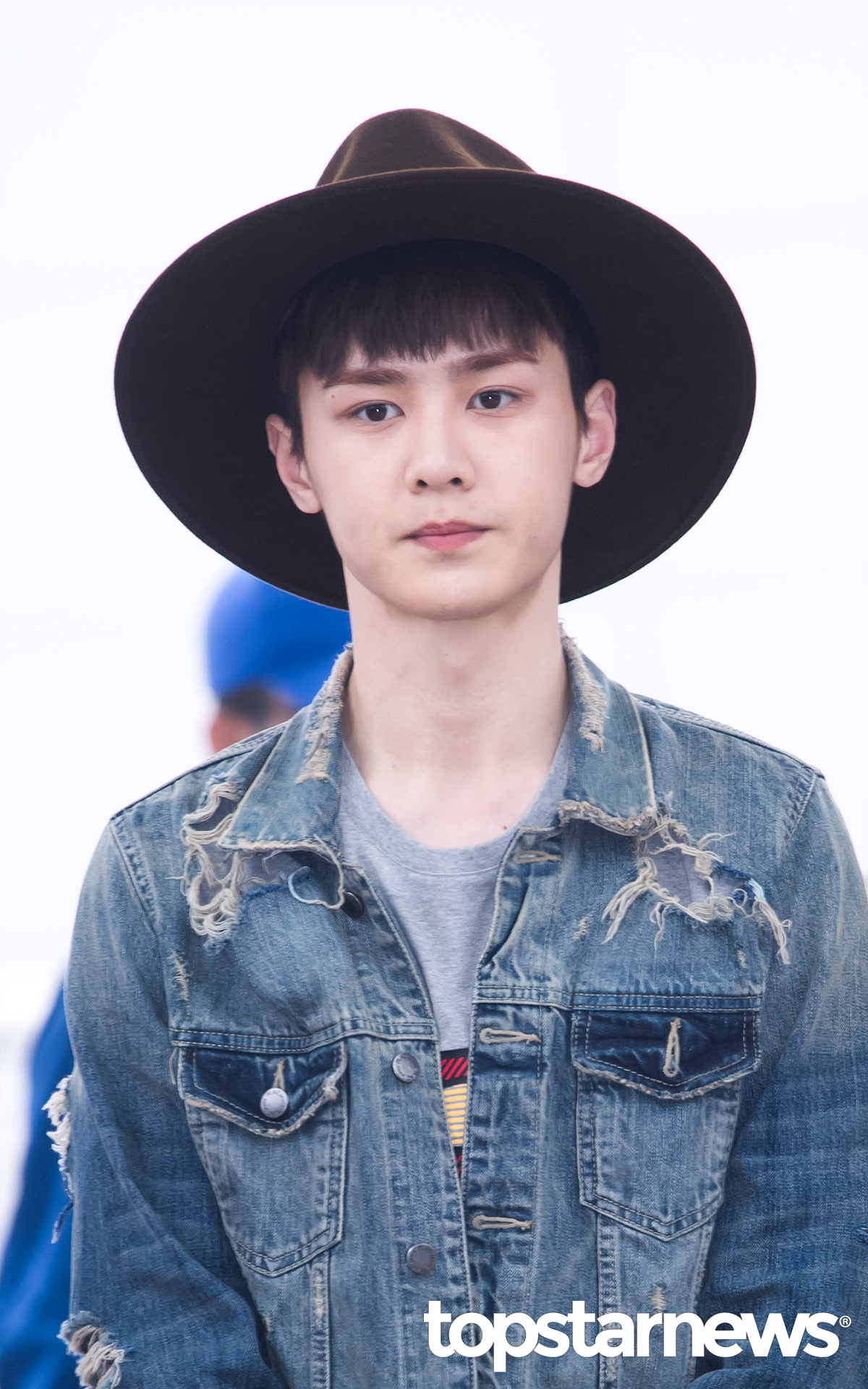▲牛仔外套 新人團體NCT的錕則是用牛仔外套搭配寬延帽打造出時尚男孩的摩登感