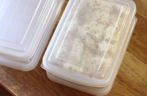 把剛剛做好的米飯 趁著蒸汽還沒有跑掉 裝在容器裡