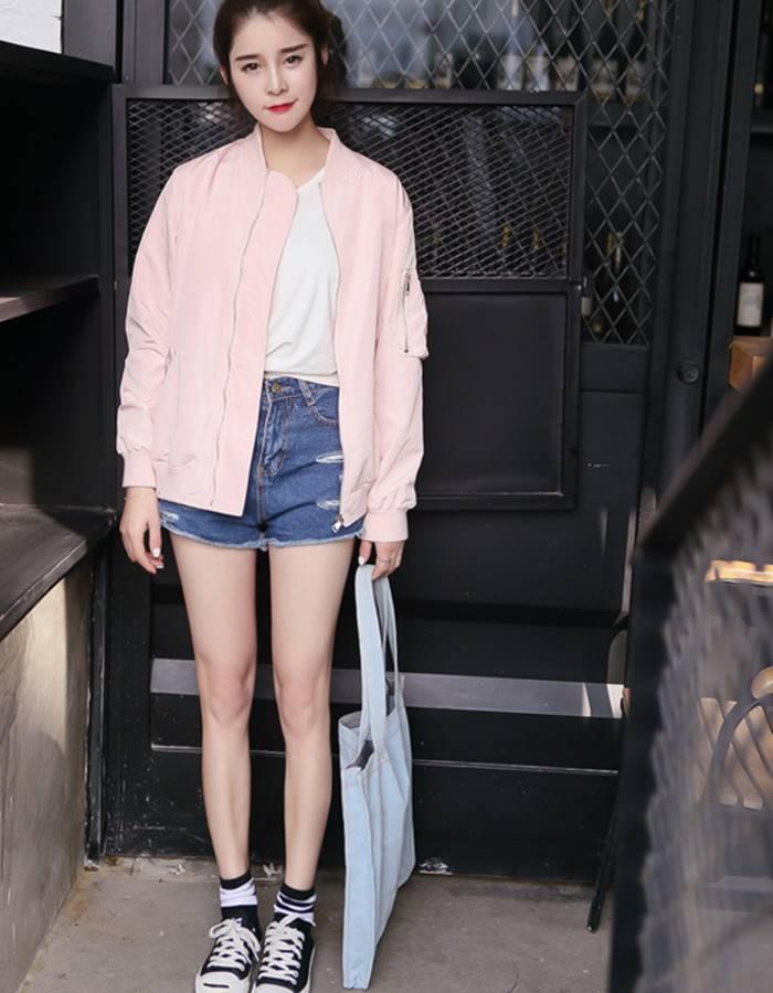 覺得只穿牛仔短褲太單調嗎?摩登少女非常推薦大家可以在春夏的時候搭配一件輕薄的飛行外套(要選薄的喔!厚的夏天穿會悶死XDDD),尤其是粉嫩色系,會讓你看起來更青春啦!