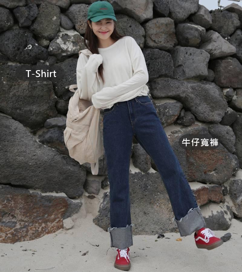 T-Shirt+牛仔寬褲 想要抓住最近流行趨勢的話,搭配牛仔寬褲也是一個很好的選擇啊!!T-Shirt配上牛仔寬褲就會散發出一種率性的感覺,再配上一雙球鞋,很適合喜歡中性但又不失俏皮的女生喔!