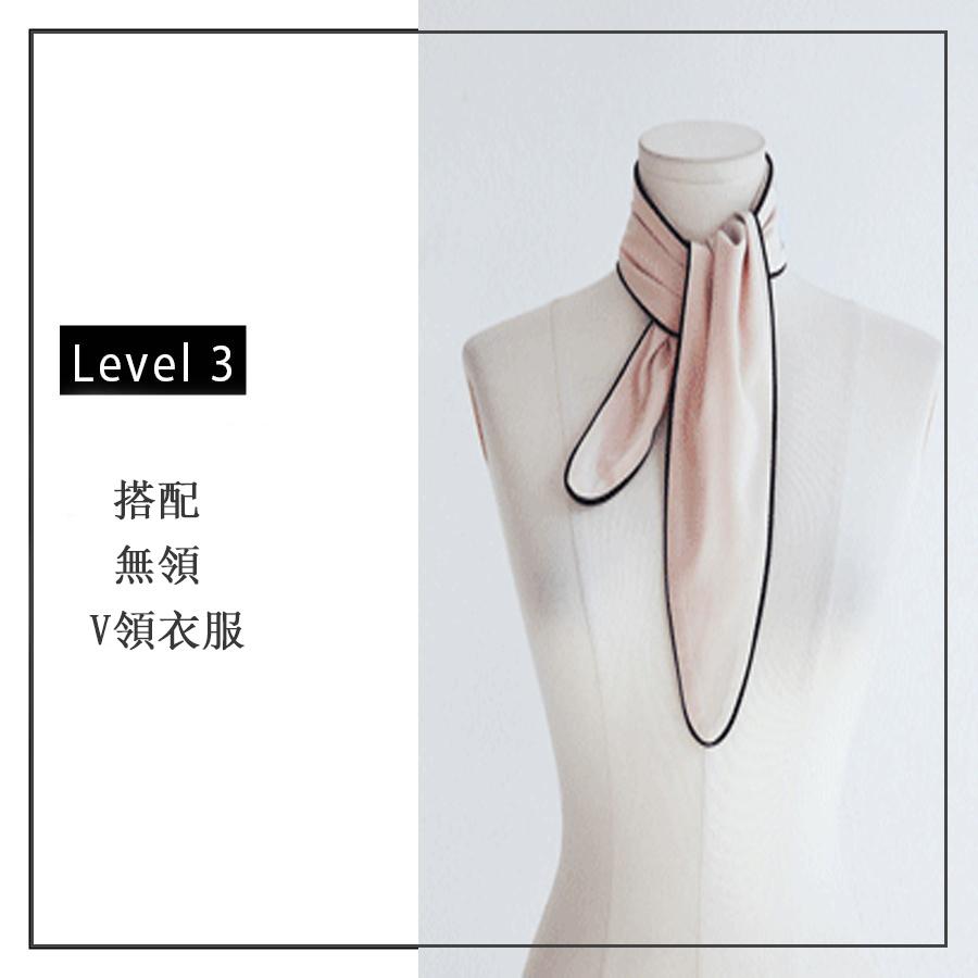 在穿低領無領凸顯脖子線條的衣服時,搭配絲巾是不錯的選擇!在空空的脖子上繫一條絲巾,不僅能夠減少脖子空空無物的負擔感,也能更加凸顯女性柔美。