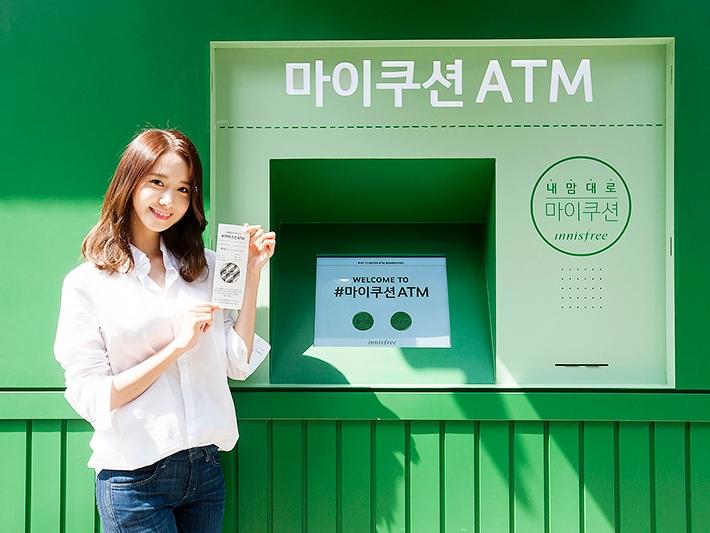 不過這個氣墊粉餅並不是每個Innisfree門市都有販賣,而是特別在新沙洞林蔭道設了一個快閃店,潤娥也在開幕前搶先去試用了這個氣墊粉餅ATM機台