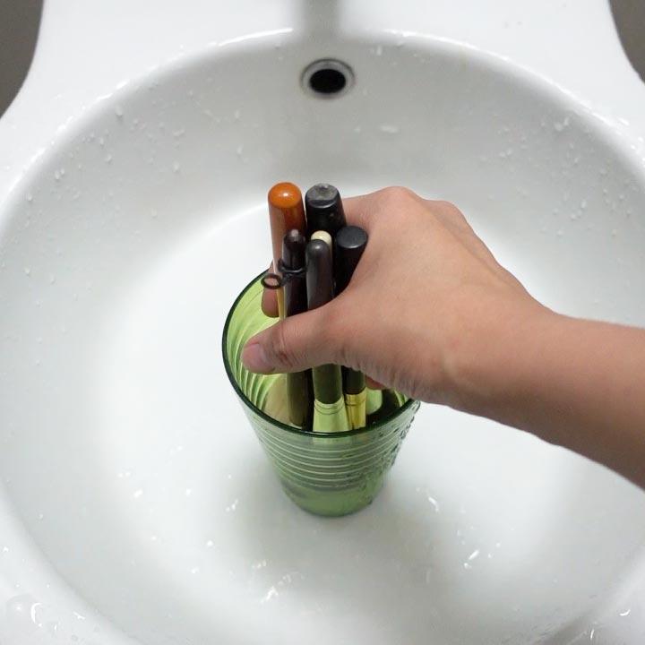 除了刷具專用清洗劑之外,也可以用洗髮精+水代替~像這樣泡個3~5分鐘讓刷子上的化妝品與刷毛分離