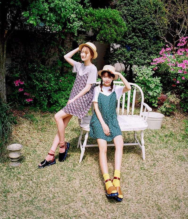 ▲ 和好姊妹去野餐 細肩帶背心裙 X T恤 兩人巧思搭配成為姊妹裝吧!為了讓照片拍起來更突出,最好身上要有一件重點色彩的單品喔!