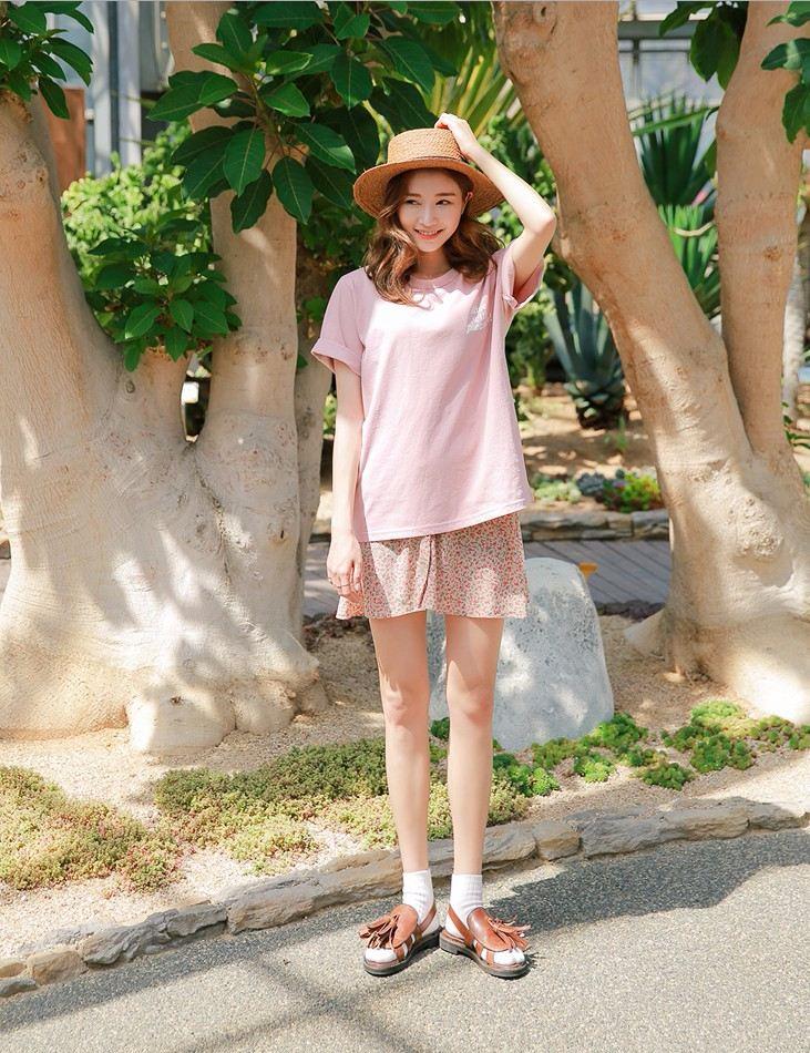 ▲ 和家人一起去逛Costco T恤X單排扣短裙 從色彩就達成一致性!夏天最重要的穿搭重點之一:材質永遠不要太厚重,才能看起來更輕盈、更顯瘦喔!
