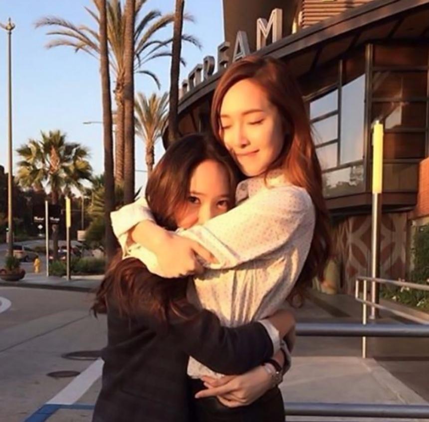 Jessica也特別提到專輯中的〈LOVE ME THE SAME〉是一首和主打歌完全不同氣氛的歌曲,Krystal和自己都很喜歡這種類型的歌,並表示這首歌如果能拍攝MV的話就好了