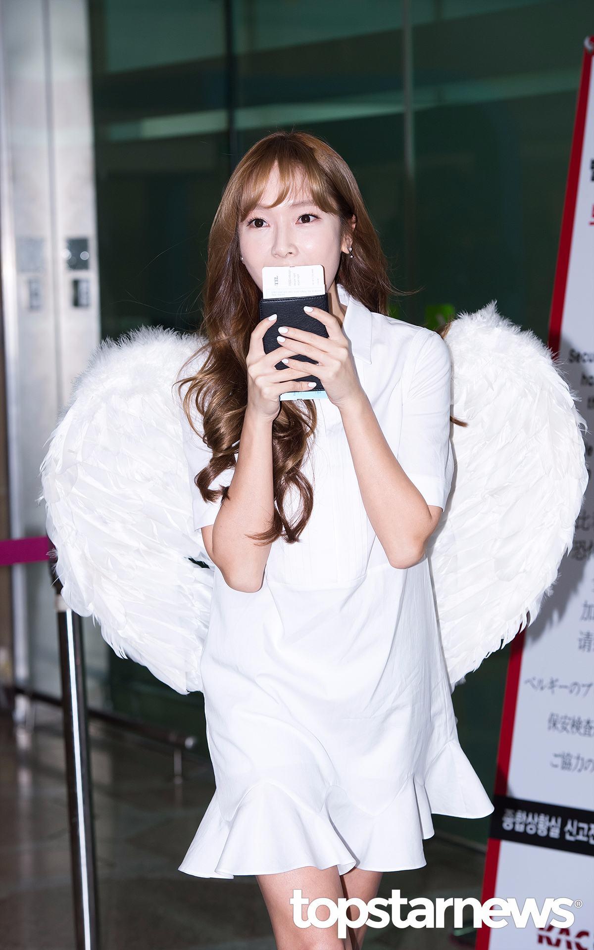 Jessica之所以背著翅膀裝亮相是因為,早前VAPP直播中Jessica曾允諾,若是新歌音源可以拿到一位就會在前往中國的時候帶著翅膀亮相機場。