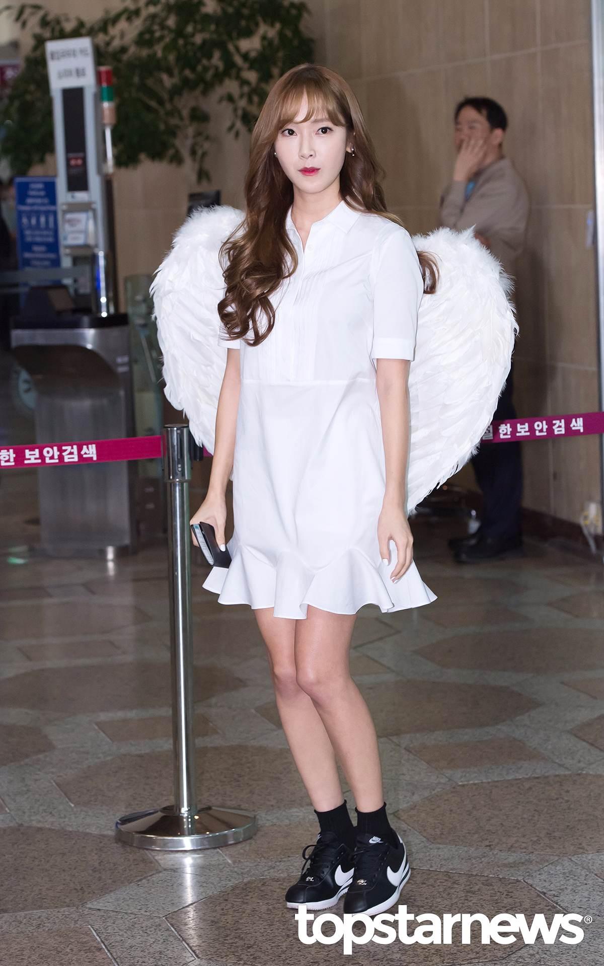 而此次Jessica前往中國宣傳的電影《那件瘋狂的小事叫愛情》,也將於今年的8月5日正式上映,是一部愛情喜劇電影。