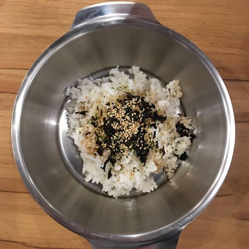 等了大概10分鐘左右,我們點的飯糰就來啦!上面除了海苔和芝麻之外,也有醬料,讓飯糰吃起來不會那麼無味。