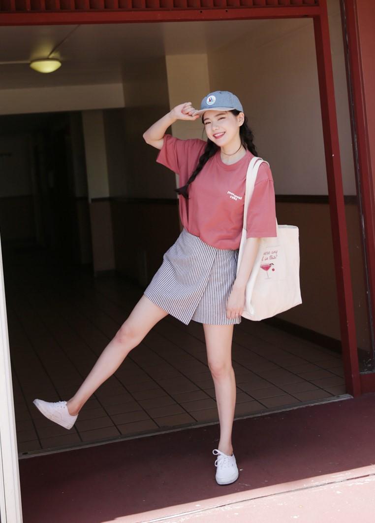目前最受韓妞青睞的就是斜擺酷裙!行動方便,看起來也很有型!怎麼搭都很女孩~