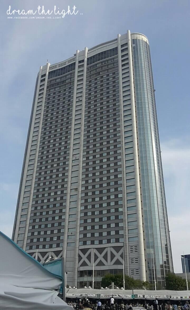 是說,來到東京巨蛋的話,你們一定要抬頭看看這棟飯店,為什麼呢?請看下一張圖(滑)