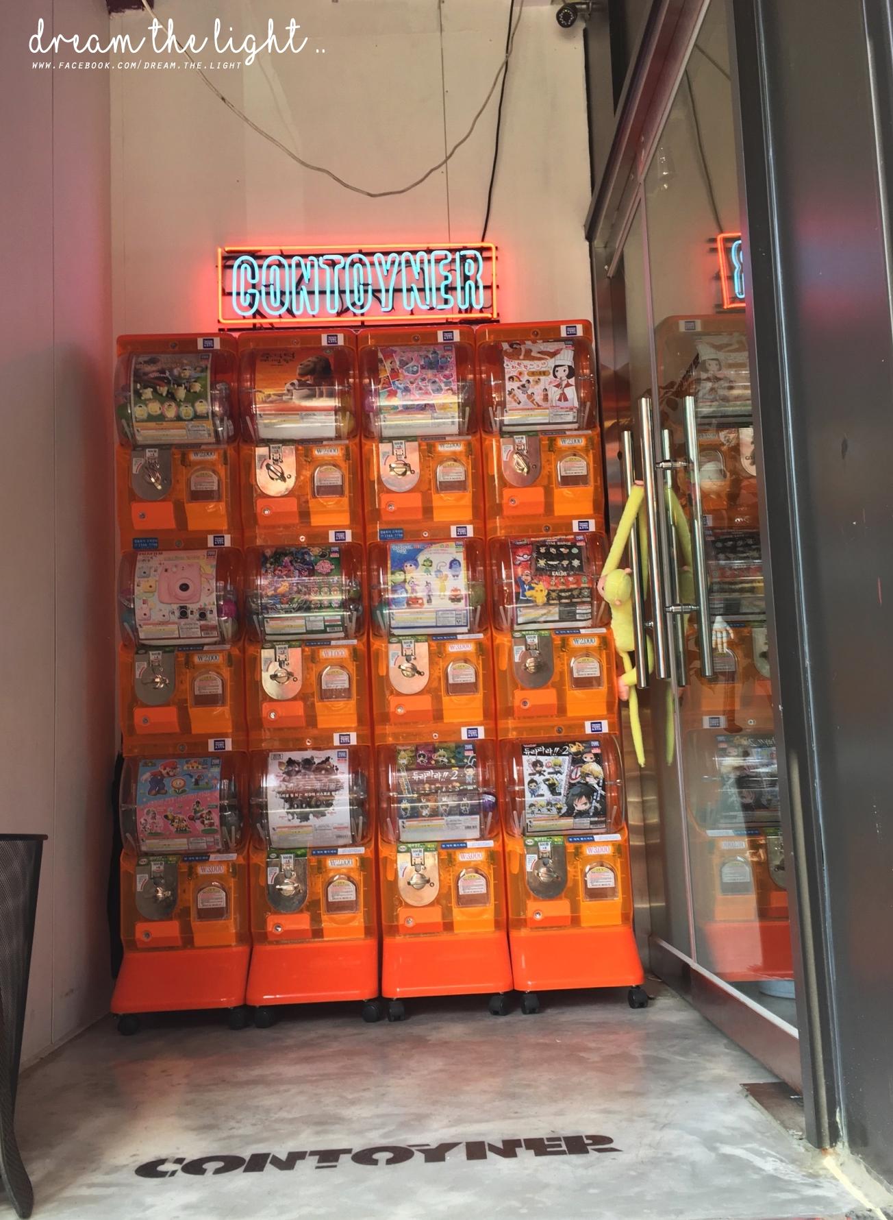 樓梯走上去後,就可以看到一面扭蛋機,是的沒錯,咖啡廳的名字也跟玩具有關,店內的設計也是充滿童趣感。