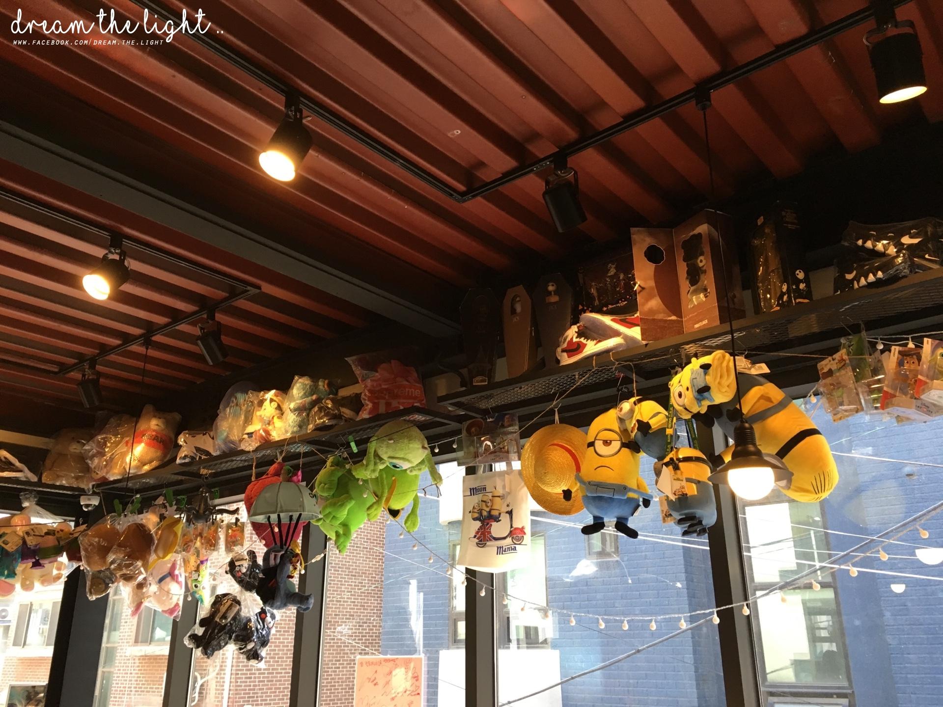 CONTOYNER 其實是在上水站和弘大站之間,咖啡廳的一二樓充滿玩具和公仔,老闆也會不時進貨,所以每次去可能都會有不一樣的感覺。  ◆ CONTOYNER (상수역 컨토이너) 마포구 와우산로13길 49-9(地鐵弘大站、上水站)