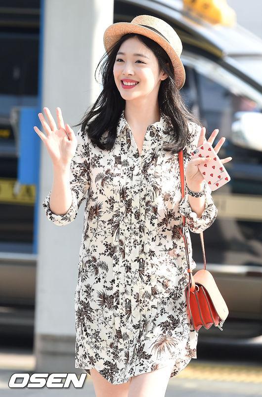 雪莉手上這個鑽石愛心手機殼是時尚品牌JILL STUART推出的系列商品,還有很多韓星都用過呢!