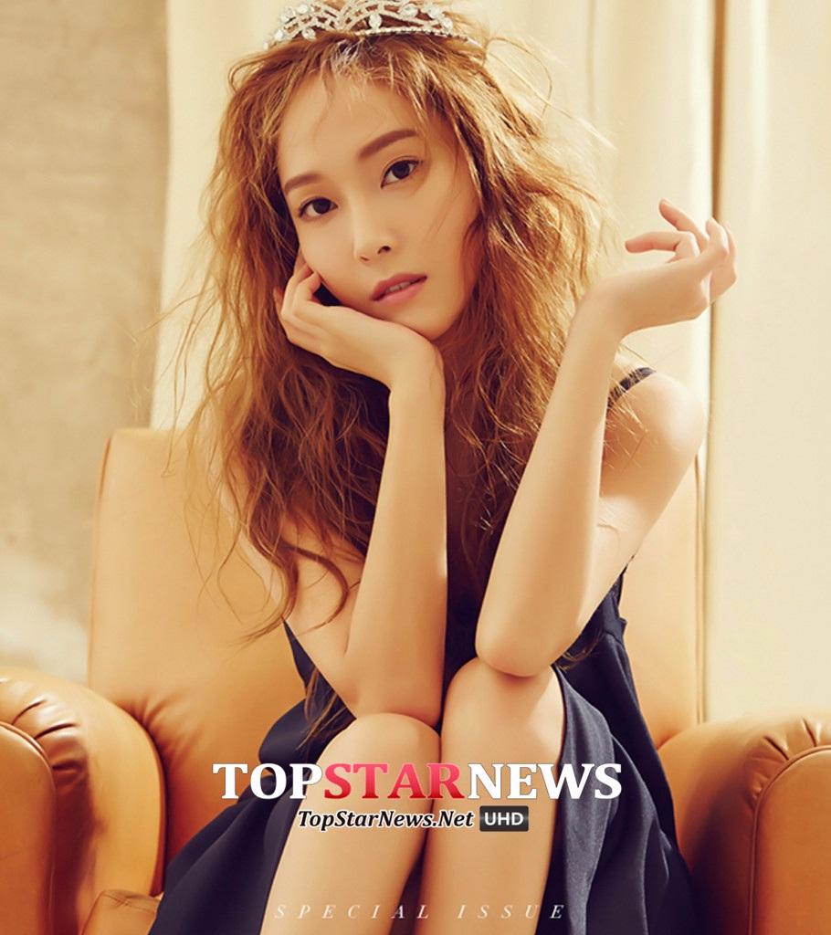 近日韓國的時尚雜誌《THE STAR》公開了Jessica為其拍攝的六月刊畫報,此次畫報的主題是充滿夢幻氣氛的「 仲夏夜之夢」,畫報中Jessica纖弱的身材,凌亂的長捲髮,感性的目光,還有獨特的時尚感。