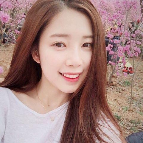 她就是DSP娛樂的練習生尹彩暻(윤채경)!根據韓國媒體報導,公司已準備讓她正式出道,但不是solo,而是以雙人重唱的模式出道,那麼另一人是...?