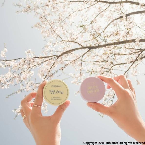 眼線-先掃過蜜粉 先讓眼皮保持乾燥,這樣畫上眼線也會比較不容易脫妝。在畫完第一次眼線之後也可以再壓一次蜜粉,之後再畫一次眼線更保險。