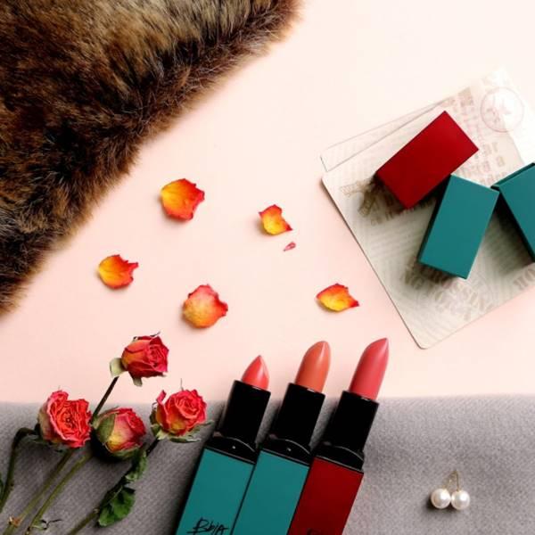 唇膏分為綠管和紅管,紅管是一般的霧面,顏色是從一到五號,綠管則是包裝不同,顏色分為六到十號。