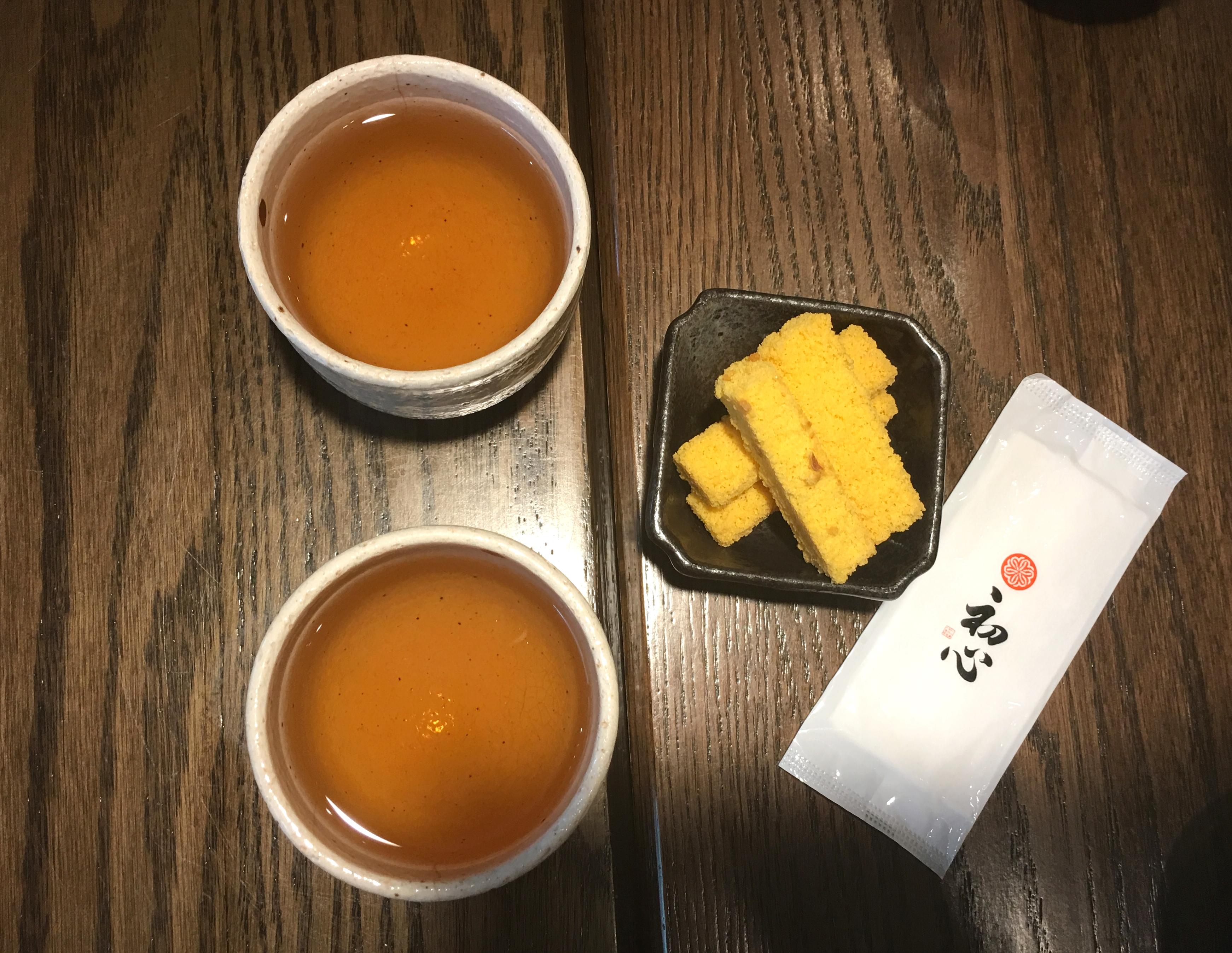 一坐下來會先送上熱茶和長崎蛋糕烘烤成的小點心