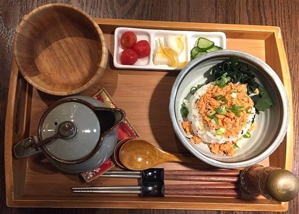 再來是鮭魚茶漬飯,就是日本的茶泡飯囉 !