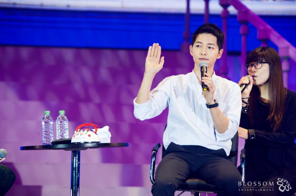 上週在廣州進行粉絲見面會的宋仲基,被主持人問到:「和李光洙的感情這麼好,如果妹妹和光洙在一起,你覺得怎麼樣呢?」
