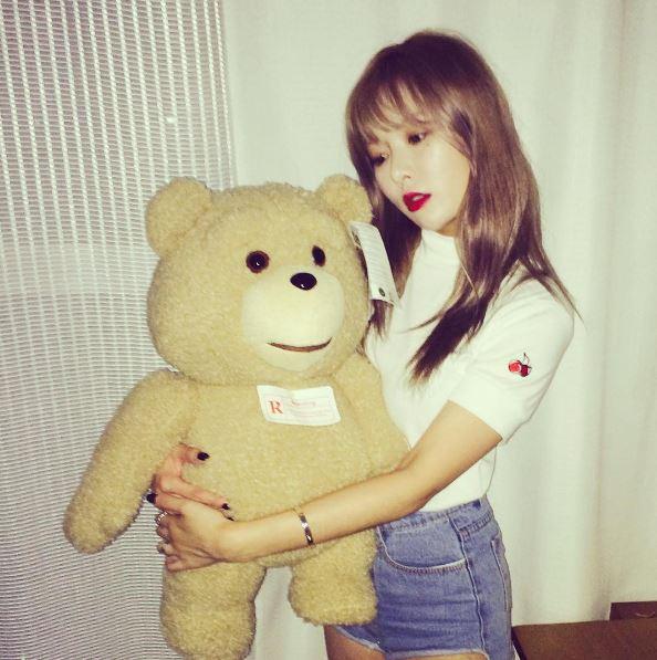 而且泫雅有一隻小熊 ,上頭就有明顯的標簽寫著「R」,不只是被認為是 #Lovestagram 的訊息,而且還有網友指出曾在Ravi出現的照片上看過這隻小熊。雖然被網友認為Ted熊常見,可能只是巧合