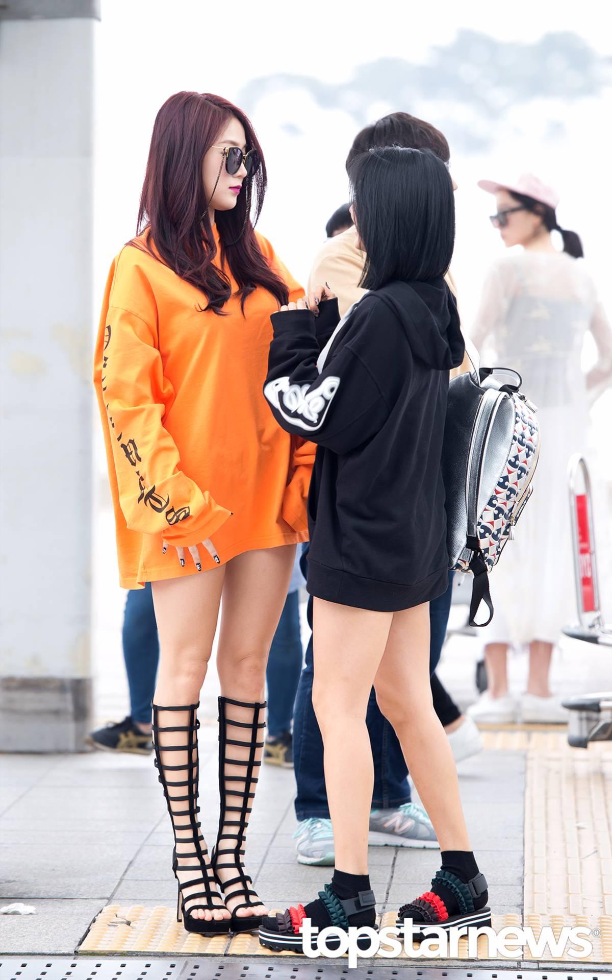 就是這張照片讓韓國粉絲們大呼既性感又充滿魅力的瞬間!雖然穿著大學T好身材仍舊擋不住!