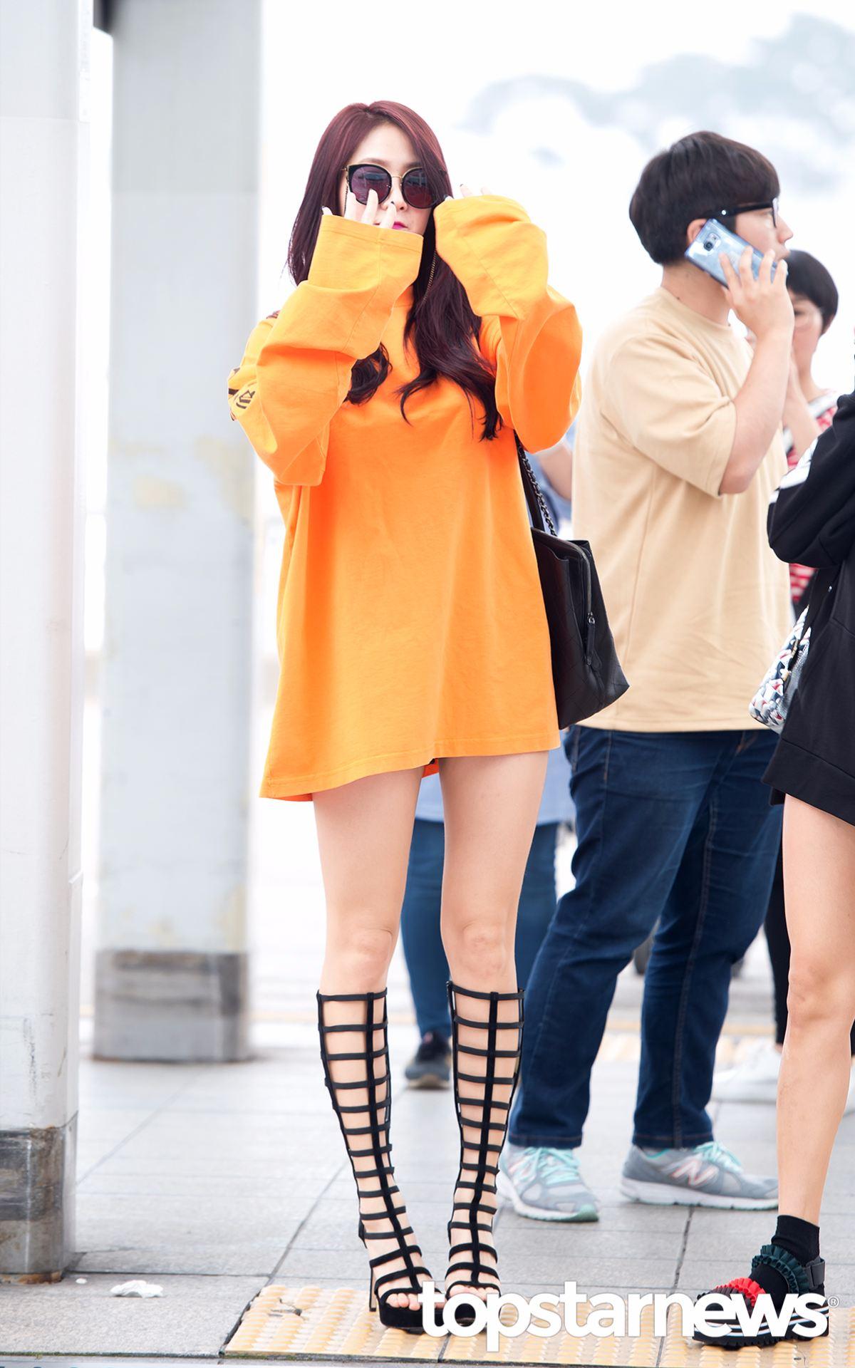 露出大半截大腿的韶宥慵懶又帶點性感!