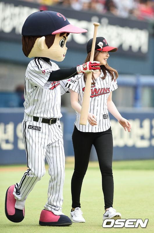 原來會搞出這樣的烏龍,是因為前陣子Irene為棒球比賽開球,當時Irene在棒球場的外貌實在是太漂亮…