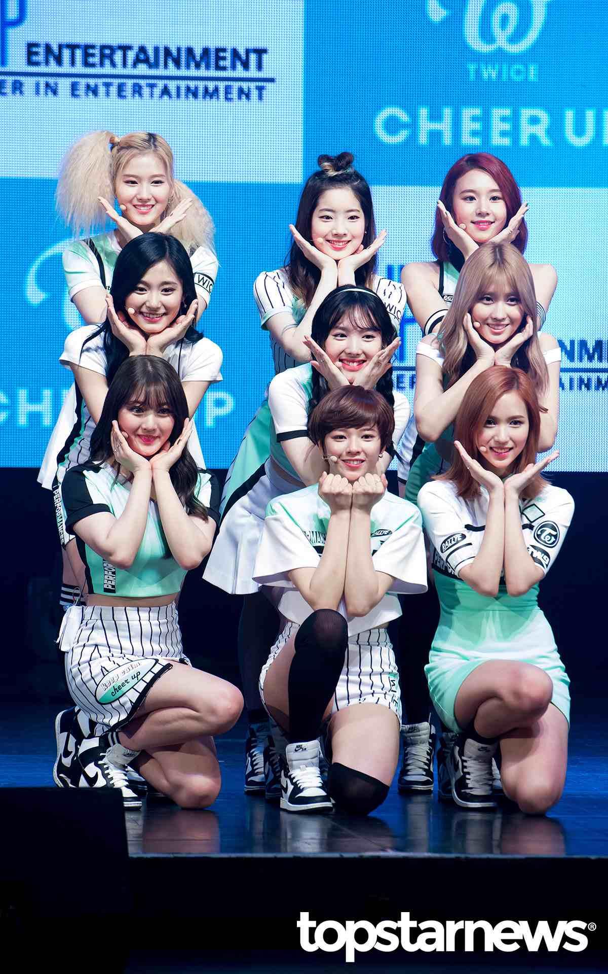 TWICE則是說要穿著拍攝MV時的服裝進行跳Cheer Up,也真的在簽名會上履行約定了~