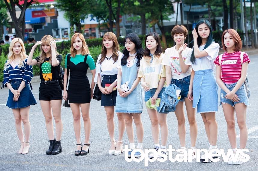 在女子新人團體中,Topstarnews則是毫不猶豫頒給了TWICE!