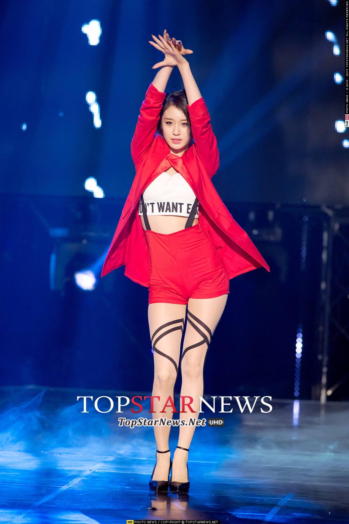 ◆T-ara—芝妍 吊帶 + 貼身短褲 + 絲襪 = 100分的性感!