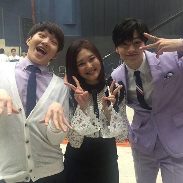 還搭擋BTOB的成員昌燮和星材,三人不僅在舞台上大跳《Cheer up》,就連服裝也搭配了可愛的紫色,讓三個人都看來很可愛。不過就有眼尖的粉絲發現…