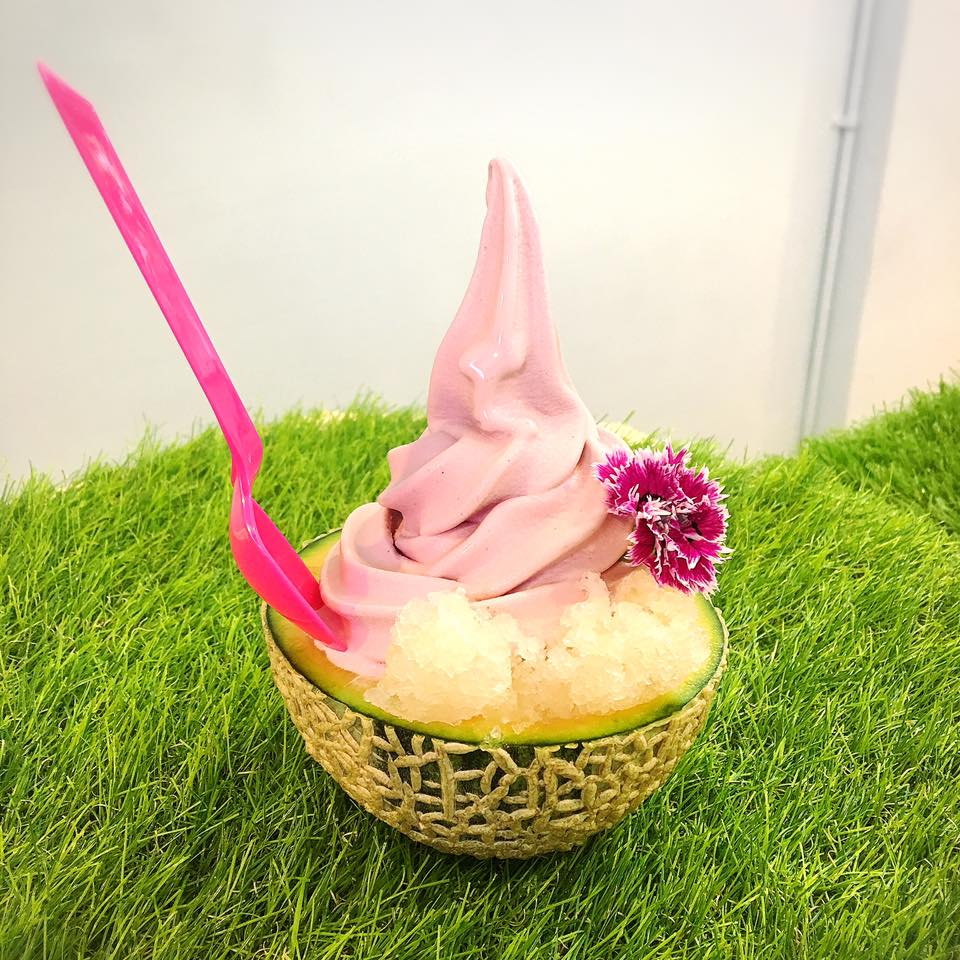 一樣利用哈密瓜當碗的這款霜淇淋,是夏戀玫瑰霜淇淋搭配蜂蜜挫冰跟哈密瓜,光看顏色就讓人超想立刻大吃啊!