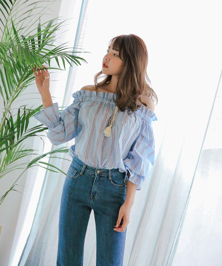 ► 平口露肩上衣 今年春季的首爾時尚週上韓星們都不約而同地穿上平肩上衣,一樣是一個夏天必備的單品啊~