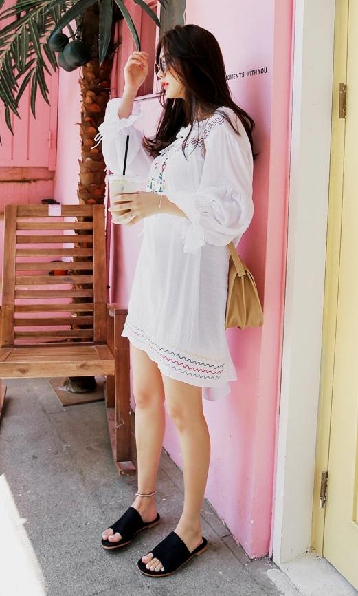 和洋裝一起穿也好美,可以搭配腳踝飾品唷