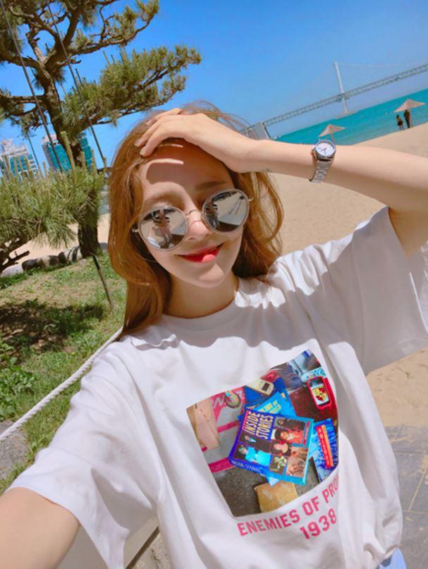 ► 復古印花T 摩登少女四月到韓國旅遊的時候發現很多衣服店都有賣這種印花T-Shirt,胸前長方形的相片印花帶有微微的復古風味