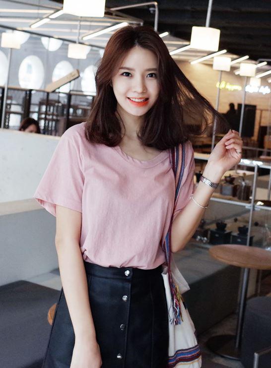 ► 粉紅色 因為被選為今年PANTONE色的玫瑰石英粉,從春季開始各大購物網站就推出許多粉紅色系的單品,也成為今夏韓妞的必備單品