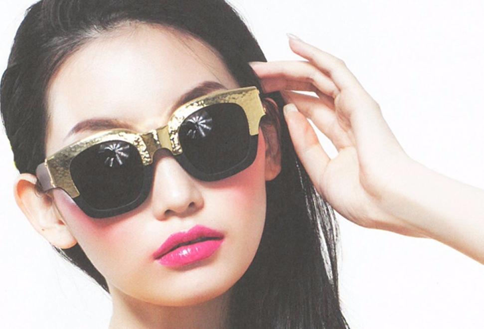 韓國墨鏡品牌grafikplastic,也有不少拼接「異材質」的款式,還有一款拼接「木質」的鏡架,摩登少女覺得超好看的阿♡