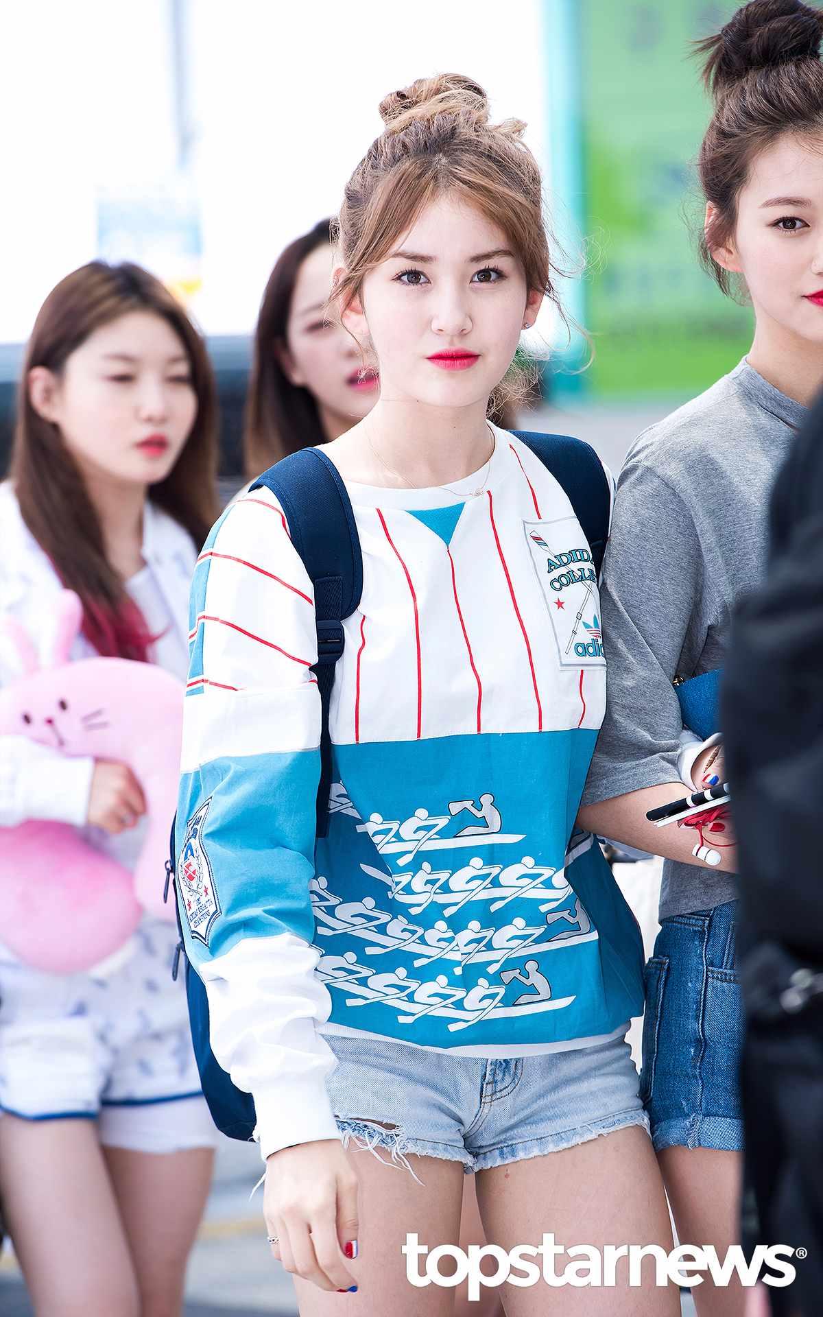 原來是因為Somi由於年齡的限制無法站上2016 KCON France的舞台。據相關規定,未滿15歲的成員Somi在海外進行活動需要事先向相關單位申請工作許可才能進行演藝工作。